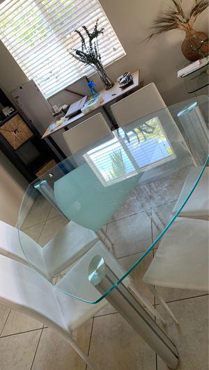 Mesa de comedor en vidrio y acero con seis sillas blancas. for Sale in Hialeah Gardens, FL