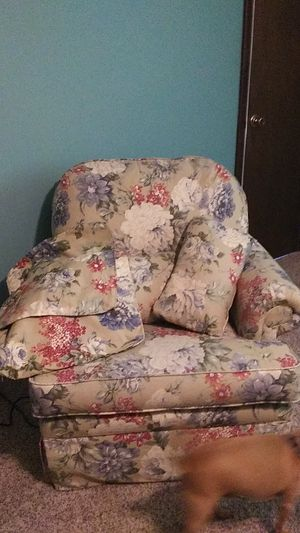 Beautiful oversized chair with pillow covers for Sale in Washington, IL