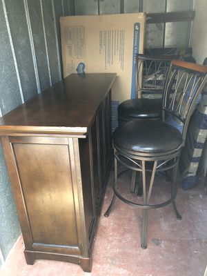 Full size bar with 2 bar stools for Sale in Pompano Beach, FL