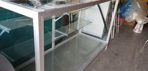 Vitrina con marcos de aluminio y estantes for Sale in Harlingen, TX