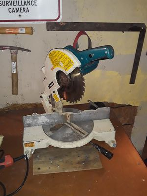 MAKITA 10IN MITER SAW..WORKS GOOD!!!EXCELLENT CONDITION AND SHAPE!!! for Sale in Indianapolis, IN