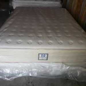 QUEENSIZE SEALY PLUSHTOP MATTRESS AND BOXSPRING for Sale in Salem, OR