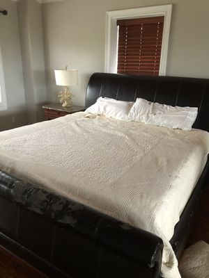 King size bed for Sale in Tallahassee, FL