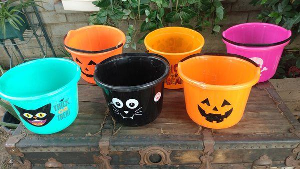 6 plastic Halloween buckets