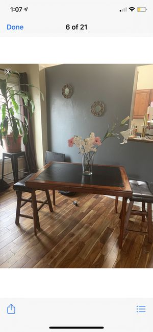 WOOD AND LEATHER TABLE FOR SALE WITH 2 STOOLS ! for Sale in Pittsburgh, PA