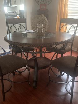 Round table And Chairs for Sale in Tampa,  FL