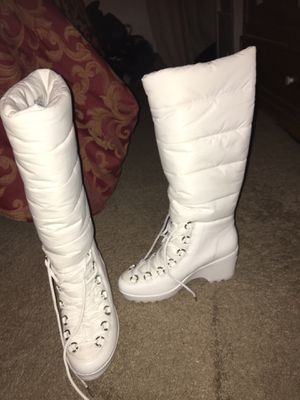 White winter boots size 7 for Sale in Lancaster, CA