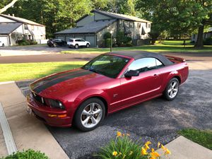 2008 mustang GT Convertible! DELUXE package!! fog lights, alloy rims, Shaker 500 audio system, Aux , 6 Cd Changer, leather seats, GTs are manual! Co for Sale in Willoughby, OH