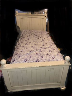 Used twin bed with mattress and box cama usada twin colchón y caja de colchón for Sale in Edinburg, TX
