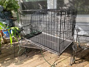 Medium-sized pet crate 30 in long, 21.5 tall, 19 in wide, good condition for Sale in Murfreesboro, TN