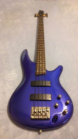 Ibanez SR300 4 string bass with a hard shell case for Sale in Waxhaw, NC