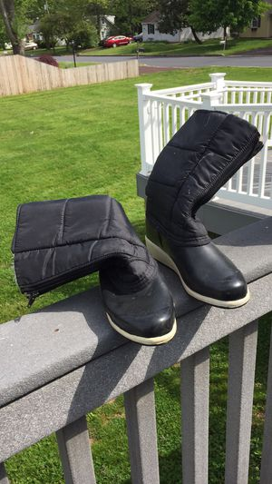 Snow boots women's size 9 black for Sale in Hatfield, PA