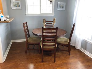 4' Round Dinner Table with 4 Chairs in great shape for Sale in Hawthorne, CA