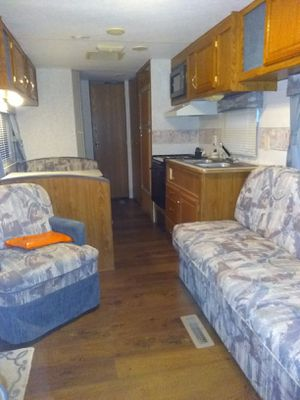 1999fleetwood prowler sleeps 8 no leaks clean inside and out for Sale in Wood River, IL