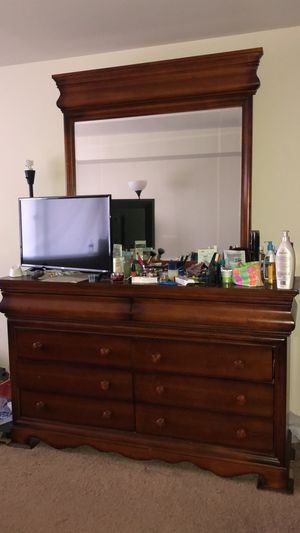 Queen bed frame and Dresser for Sale in Edison, NJ