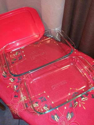 2 Pyrex casserole dishes,2 Rubbermaid(1.5cups),and 1 Anchor(1cup)containers for Sale in Pomona, CA