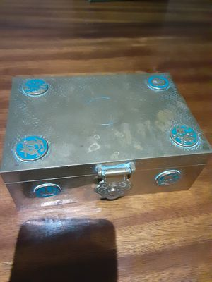 ANTIQUE METAL BOX WITH WOOD LINING for Sale in Dallas, TX