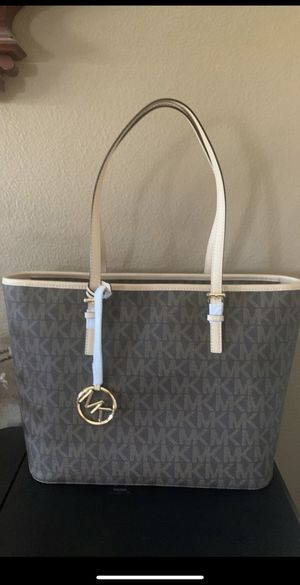 Authentic Michael Kors bag $80 PRICE IS FIRM NO LEES SERIOUSLY BUYER ONLY for Sale in North Las Vegas, NV