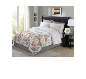 8 piece Queen size bedding set BED NOT INCLUDED for Sale in West Palm Beach, FL