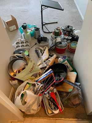 Dishes for Free pick up by 12:30 pm pls for Sale in Chicago, IL