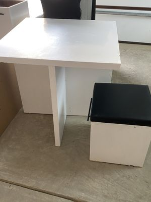 Desk & 4 cube stools for Sale in Belmont, NC