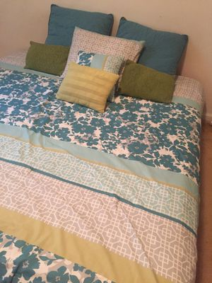 Queen size blanket with 8 pillows for Sale in North Miami Beach, FL