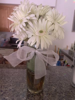 Artificial white daisy flower in a glass vase serious inquires only pls thank you for Sale in Las Vegas, NV