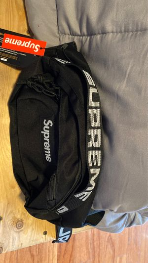 Supreme waist bag ss18 black for Sale in Miami, FL