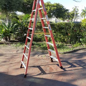 8ft. Werner Heavy-Duty Fiberglass Ladder for Sale in Miami, FL