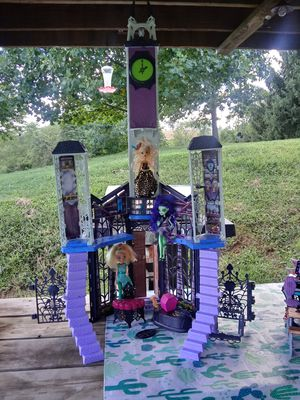 Monster High High school house + 3 dolls w/accessories for Sale in Lancaster, OH