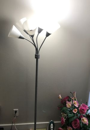 $20 5 headed floor lamp all working for Sale in Dallas, TX