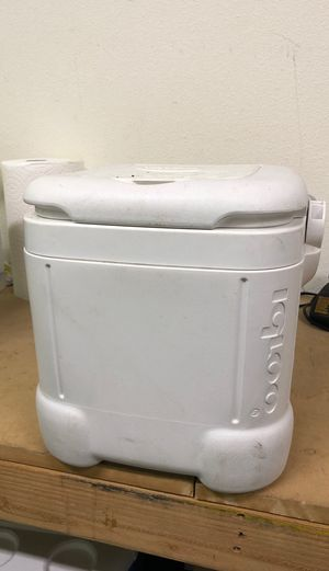 Small Igloo cooler for Sale in Menifee, CA
