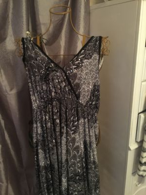 misses long stretch plus designer dress gray with black & white v neck elastic waist slip on tiny sparkles are on the front near neckline new size 2x for Sale in Northfield, OH