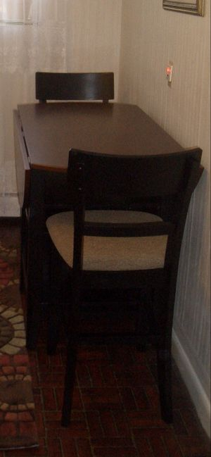"""Extendable believe drop table with 24"""" high chairs from Jordan's furniture. Great for small space kitchen, build in storage and eight bottles vine sh for Sale in Newton, MA"""