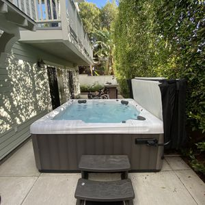 Like NEW 6 Person hot tub FOR SALE for Sale in Los Angeles, CA