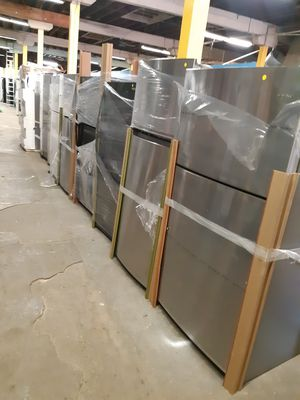 NEW SCRATCH AND DENTH STAINLESS STEEL TOP FREEZER FRIDGE W/6 MONTHS WARRANTY for Sale in Baltimore, MD