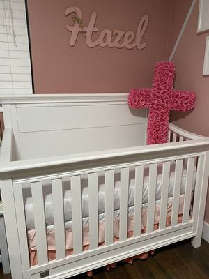 Serta Convertible Crib with new mattress, crib skirt, bumper and blanket set for Sale in Cutler Bay, FL