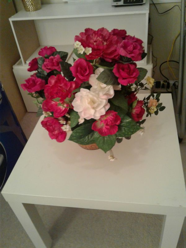 Beautiful red rose flower w pot and table used but good condition