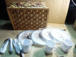 Wicker Picnic Basket 4 Person Setting. Cups Plates Spoons Knives & Forks. NOS. DAMAGED for Sale in Lansdowne, PA