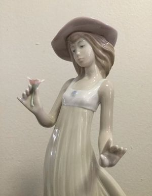 LLADRO NAO GENTLE BREEZE GIRL HOLDING FLOWER FIGURINE for Sale in Brooklyn, NY
