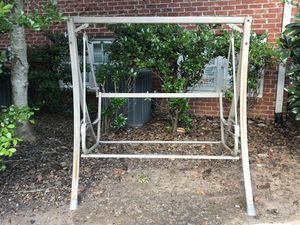Outdoor swing free if you pick it up for Sale in Smyrna, GA