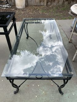 Coffee table with glass top for Sale in Prineville,  OR