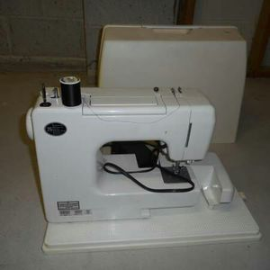 Sewing machine w cover for Sale in North Arlington, NJ