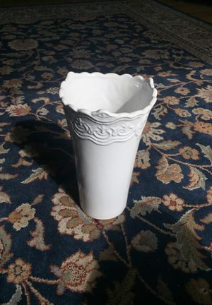 White Vase w Beautiful Details Around Opening for Sale in Leavenworth, WA