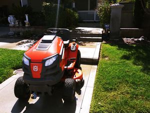 Husqvarna YTH18542 18.5-HP Hydrostatic 42-in Riding Lawn Mower for Sale in San Jacinto, CA