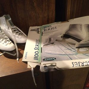 DBX Girls Ice Skates Size 2. 1100 Series Worn. a Couple Of Times BO for Sale in Wilmington, MA