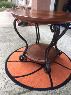 Round Table excellent condition for Sale in Fresno, CA