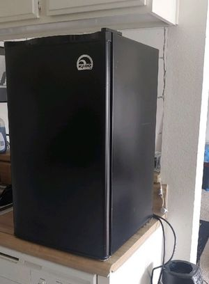 Black IGLOO Compact Refrigerator with Freezer. for Sale in Long Beach, CA