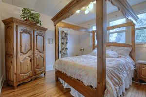 Ethan Allan Queen canopy hutch dresser Tempur Cloud mattress for Sale in Grosse Pointe Park, MI