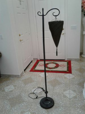 Dark green Lamp in great condition 63inches tall🤗. Like New 🤗$25 for Sale in Morada, CA